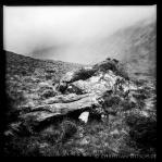 Felsen mit Landschaft an einem Wanderweg in den North West Highlands. 26.5.2015