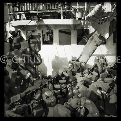 Hunderte Rettungswesten haengen nach der Waesche zum trocknen auf Deck. 24.10.2016, Mediterranean Sea