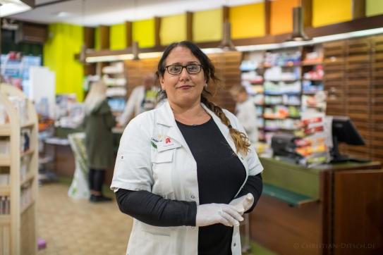 """Nurgül G., 49 Jahre, Apothekerin in der Paul Linke-Apotheke in Berlin-Kreuzberg. """"Viele Leute haben Angst, dass es nichts mehr gibt weil die Grenzen zu sind."""""""