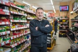 """Tuncay O., 60. Jahre, Ladeninhaber """"Nahkauf"""" in der Wrangelstrasse in Berlin-Kreuzberg. """"Das ist Stress pur. Wir sind am Limit und hoffen, dass keiner unserer Mitarbeiter krank wird""""."""