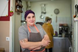 """Monique Sch., 48, Jahre, Köchin, in der Tagesstätte für Wohnungslose """"Am Wassertor"""" in Berlin-Kreuzberg. """"Ich wünsche das die Leute auf der Strasse auf sich aufpassen. Die Obdachlosen haben keine Masken."""""""