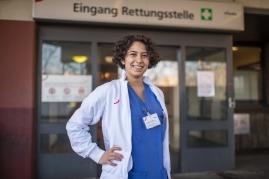 """Sophia E., 24 Jahre, Gesundheits- und Krankenpflegerin in der Intensivstation im Urban-Krankenhaus in Berlin-Kreuzberg. """"Zusammenhalten, auch aus der Ferne."""""""