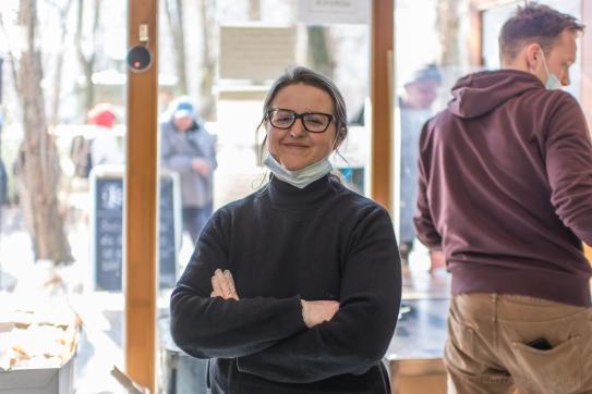 """Vaia D., 38 Jahre, Sozialarbeiterin bei der Karuna Sozialgenossenschaft in Berlin-Friedrichshain. """"Solange uns die Menschlichkeit verbindet, ist es völlig egal was uns trennt."""""""