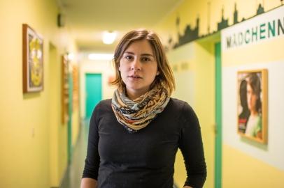 """Carolin V., 28 Jahre, Sozialarbeiterin im Jugendnotdienst. """"In Zeiten von Corona kommt es in vielen Familien vermehrt zu Konflikten. Wir halten hier die Stellung und sind nach wie vor für Jugendliche und Eltern in Krisensituationen da."""""""