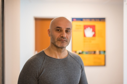 """Fatos Sh., 42 Jahre, Sozialarbeiter im Jugendnotdienst. """"Trotz mangelnder Ausstattung muss der Kinderschutz auch in Krisenzeiten gewährleistet sein."""""""