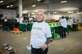 """Annette K., 58 Jahre, ehrenamtliche Mitarbeiterin bei der Berliner Tafel. """"Ich find es es wichtig, dass alle Leute, die vorher schon Probleme hatten ihre Lebensmittel zu bekommen, sie auch jetzt erhalten."""""""