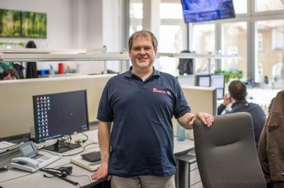 """Andreas K., 48 Jahre, Mitarbeiter in der Hausnotrufzentrale der Johanniter. """"Wo ich selbst mit einer Behinderung lebe, kann ich sagen, jeder kann was machen und das soll so sein. Wir haben jetzt die Chance zu sehen, wie gut es uns geht."""""""