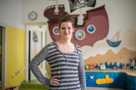 """Nicole S., 29 Jahre, Erzieherin in der Kita """"Kleine Insel"""". """"Aus Liebe zu unserem Beruf halten wir die Kita am Laufen!"""""""