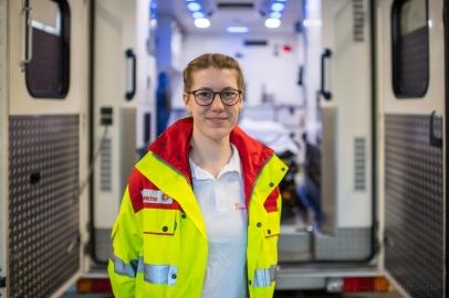"""Leonie G., 22 Jahre, Auszubildende zu Notfallsanitäterin bei den Johannitern. """"Es sind für uns alle besondere Zeiten."""""""